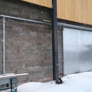 Rehuvaraston liukupalo-ovi - Konekäyttöinen rehuvaraston liukupalo-ovi, kauko-ohjauksella ja palonsulkuautomatiikalla. Ovessa oma apukarmirakenne.