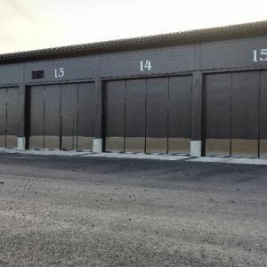 Varastohallin taitto-ovia - Käsikäyttöiset taitto-ovet joissa lukitulsena nostopuomi salvat.