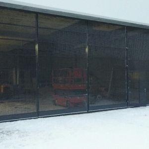 Varastorakennuksen taitto-ovi. - Ovipeilit verkkolevyä