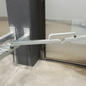 Nostopuomi salpa - Nostopuomi salpa sähkösinkittynä. Salpa lukitsee taitto-oven sekä kiinni-ja aukiasentoon. Salpa ei ole sarjavalmisteinen, vaatii paikkakohtaisen suunnittelun toteutukseen.