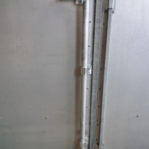 Pudotussalpa yliaukeaviin lehti-ja parioviin - Salpa 25mm paksua umpitankoa, koko pituus 860 mm, kuumasinkitty